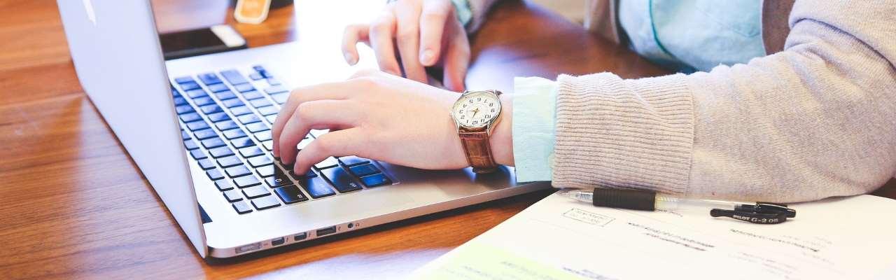 En perosn arbetar med en dator