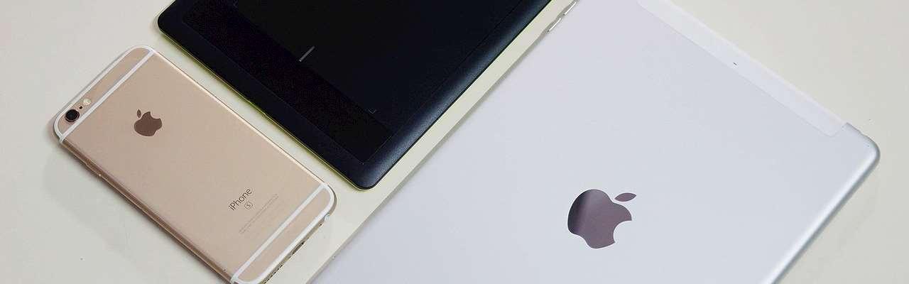 Ipads och en Iphone ligger på ett bord