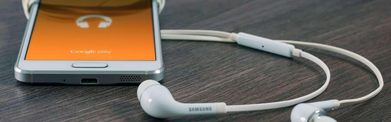 En android-smartphone med hörlurar