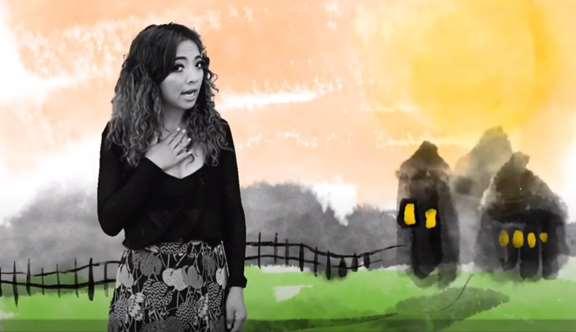 Kvinna står framför målning, sagor på mandarin